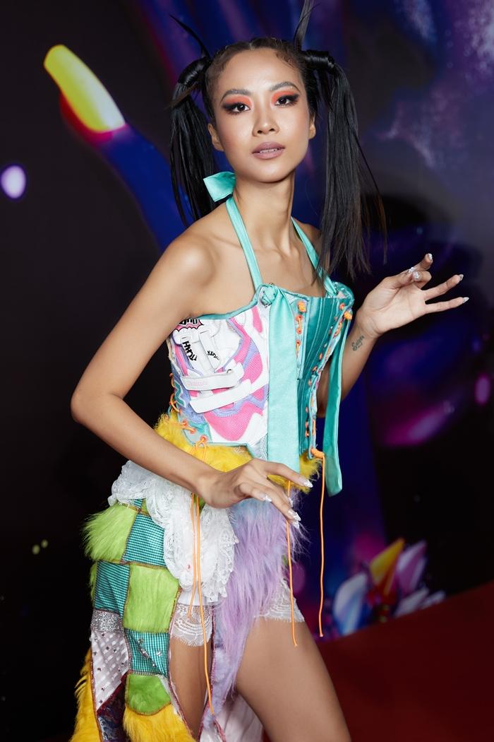 Trang phục làm lộ hình thể mỏng của nữ rapper.