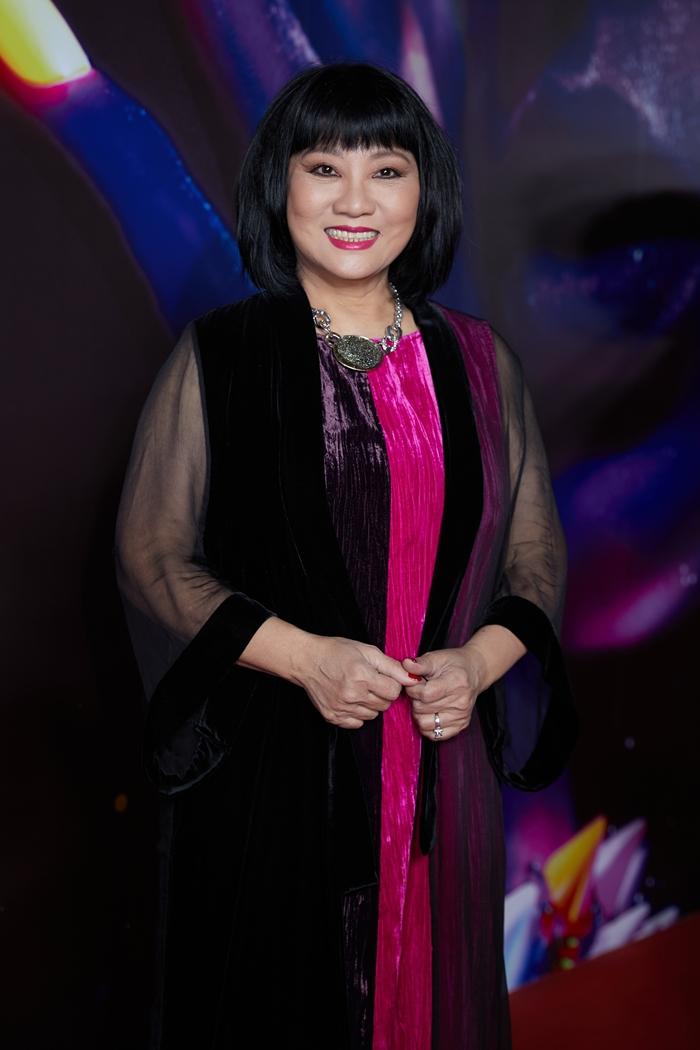 Cẩm Vân diện váy tím, hồng phối áo khoác voan đen.