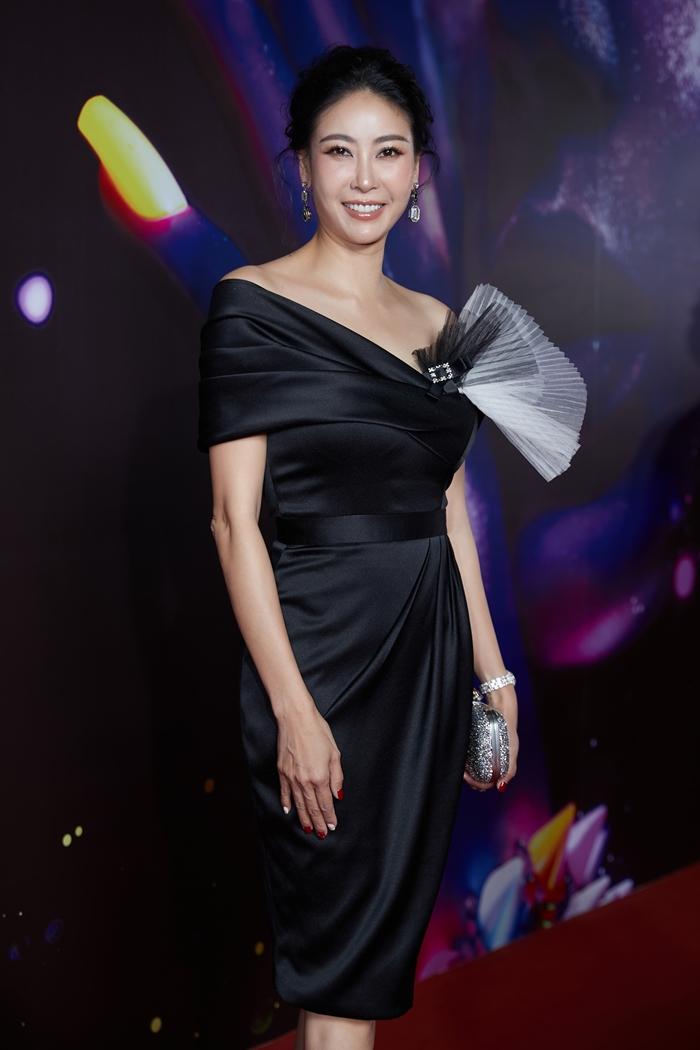 Hoa hậu Hà Kiều Anh trung thành với phong cách thanh lịch.