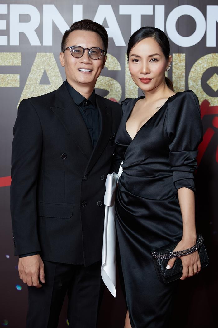 Vợ chồng Hoàng Bách cũng mặc đồng điệu với cả cây đen.