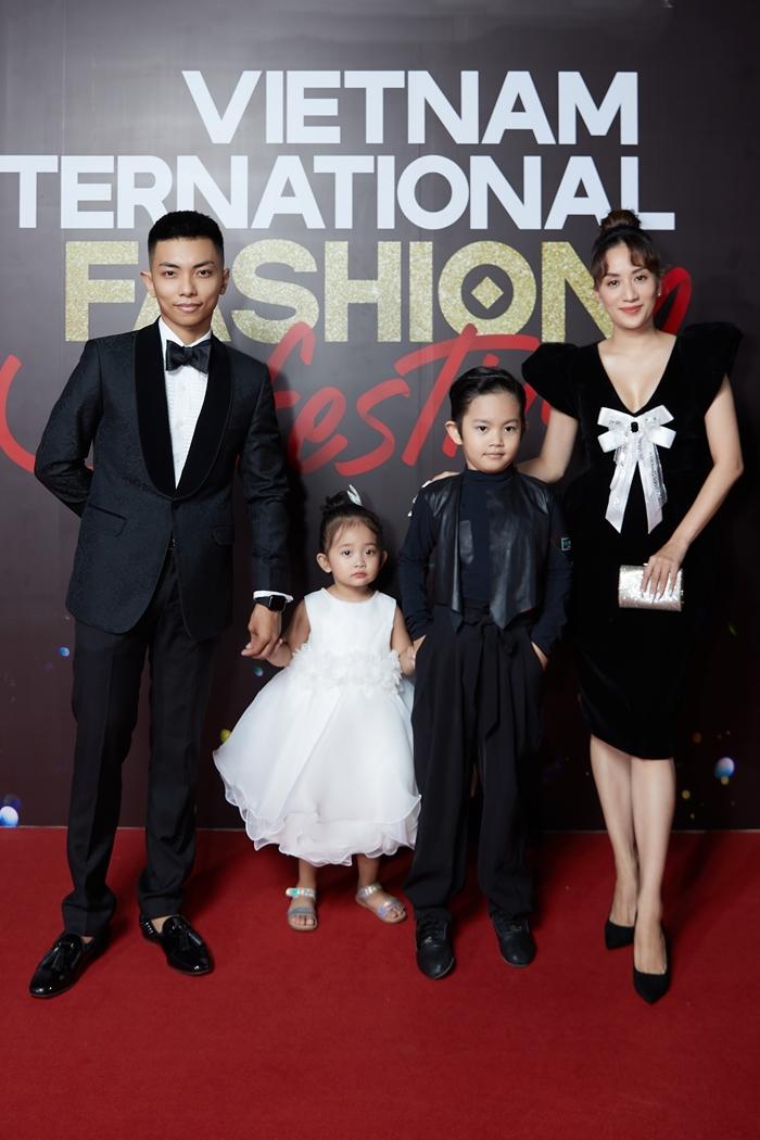 Khánh Thi và con gái Anna ăn diện nữ tính với váy đính nơ, hoa. Phan Hiển chọn suit đen truyền thống, trong khi bé Kubi mặc sành điệu với quần ống thụng, áo khoác da.