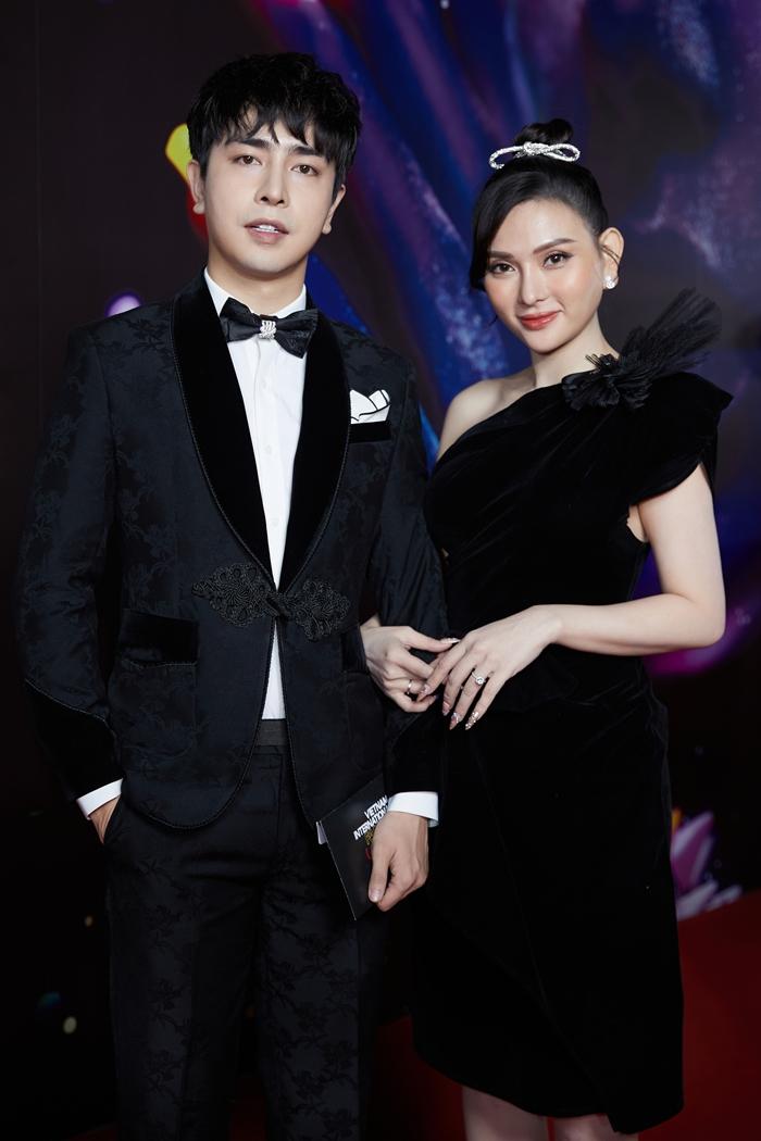 Thu Thủy diện váy nhung tôn da trắng khi đi sự kiện cùng chồng.