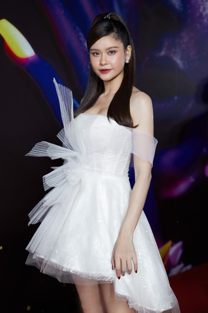 Trương Quỳnh Anh hóa công chúa với váy voan chữ A phong cách bất đối xứng.