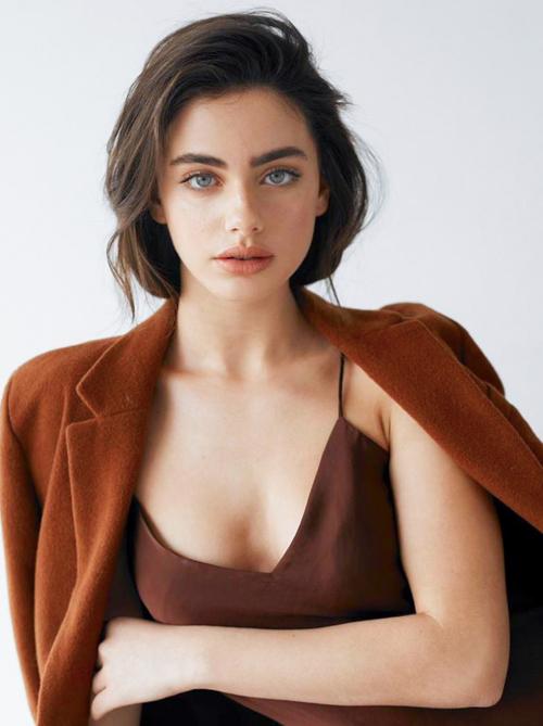 Danh sách 100 gương mặt đẹp nhất thế giới do trang phê bình độc lập về điện ảnh, sắc đẹp của Mỹ công bố ngày 28/12, 10 vị trí đầu tiên chủ yếu thuộc về các người mẫu, ca sĩ thần tượng. Yael Shelbia là người mẫu kiêm diễn viên hoạt động từ năm 2016. Năm 2018 và 2019, cô lần lượt xếp thứ ba và hai trong danh sách của TC Candler. Năm nay, cô còn đoạt giải Người mẫu của năm do tạp chí At Magazine của Israel bình chọn.