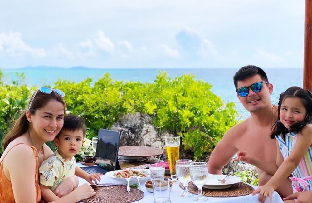 Gia đình thưởng thức bữa sáng giữa khung cảnh thiên nhiên.