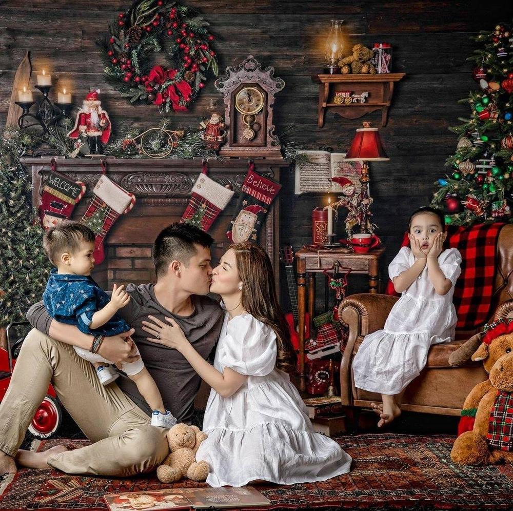 Trước đó, gia đình cô đón Giáng sinh bên nhau.