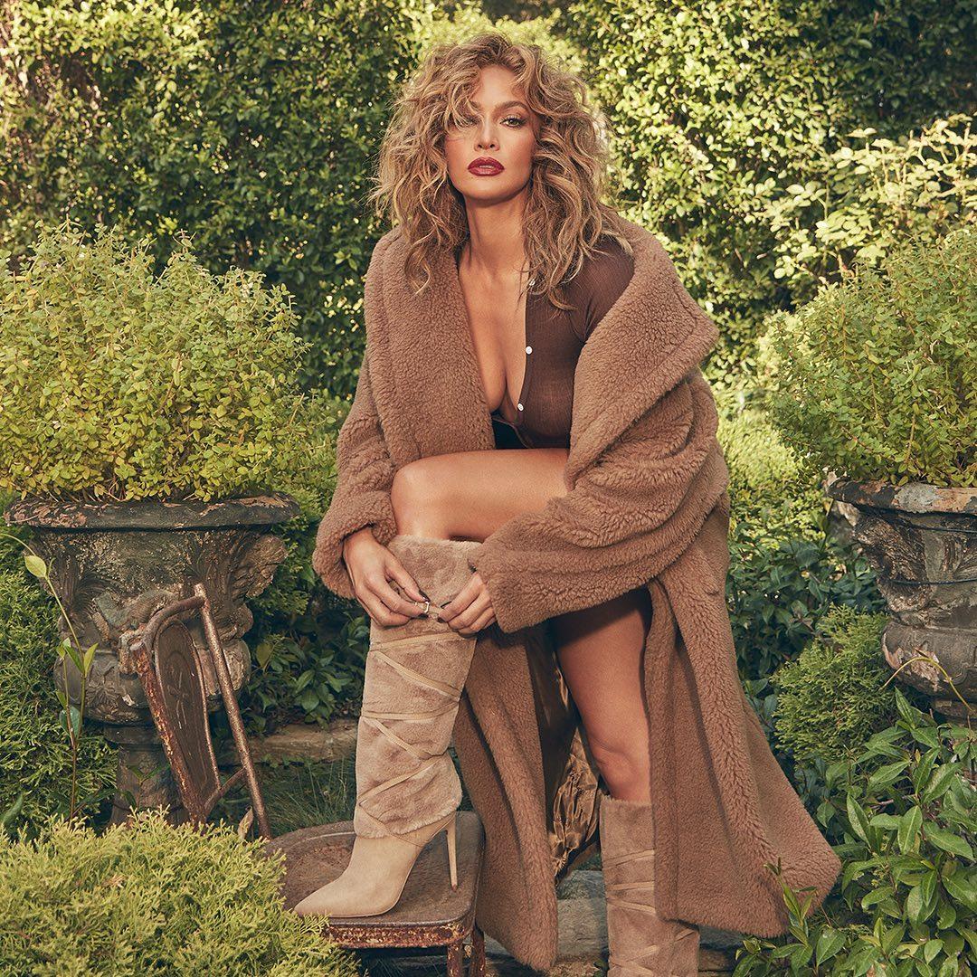 Jennifer Lopez (J.Lo) được Vogue khen giữ vững phong độ thời trang thời dịch. Dù ở nhà hay lên phố, người đẹp vẫn chỉn chu trong cách chọn và phối đồ.