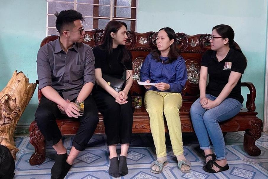 Bạn trai đồng hành cùng Hương Giang trong chuyến thăm hỏi, trao quà cho gia đình các chiến sĩ, cán bộ tử nạn ở Huế và Quảng Trị  trong quá trình làm nhiệm vụ do thiên tai, tháng 10/2020.