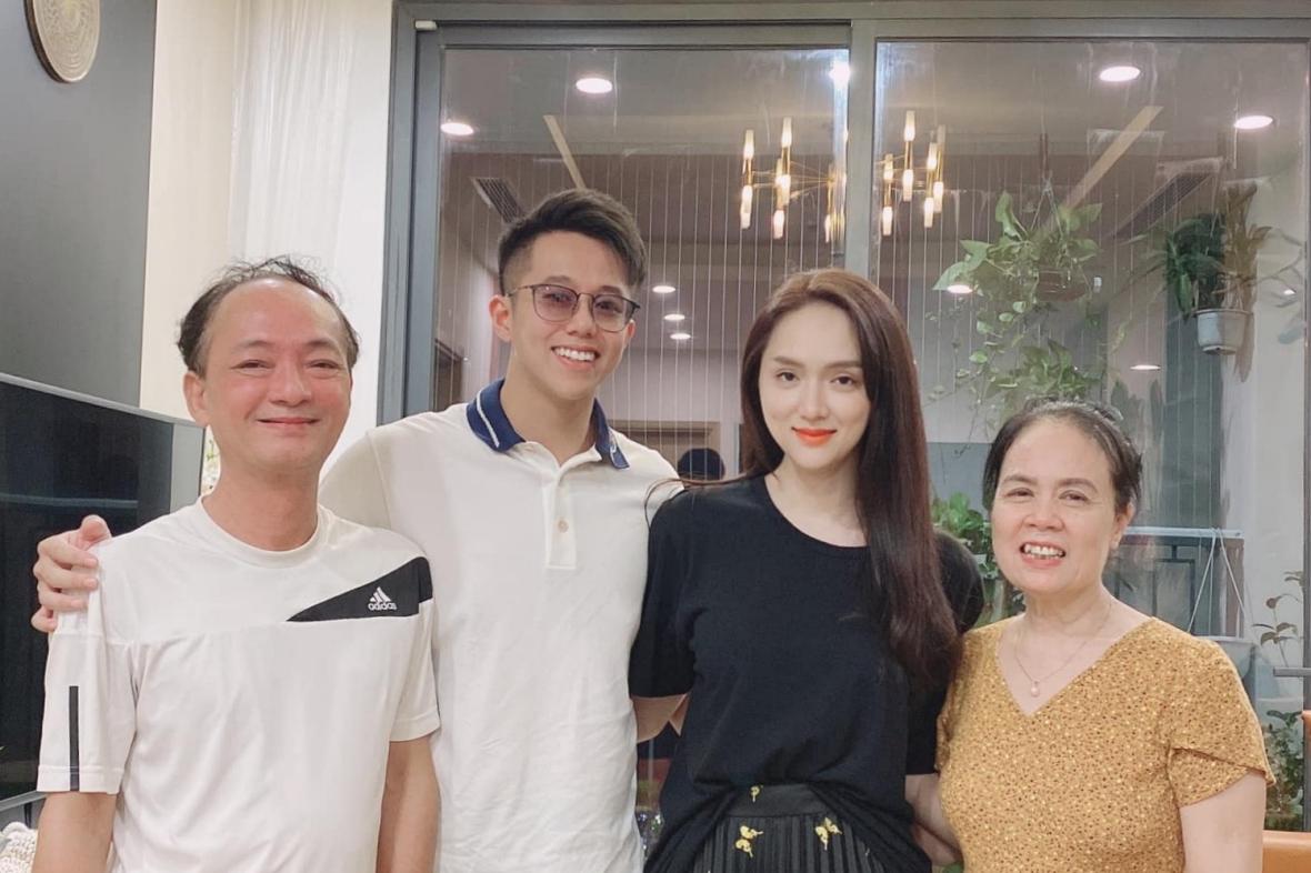 Hương Giang đưa bạn trai ra mắt gia đình ở Hà Nội vào tháng 10. Matt Liu ở lại nhà cô chơi ít hôm. Hương Giang cho biết bố mẹ cô quý anh như con.