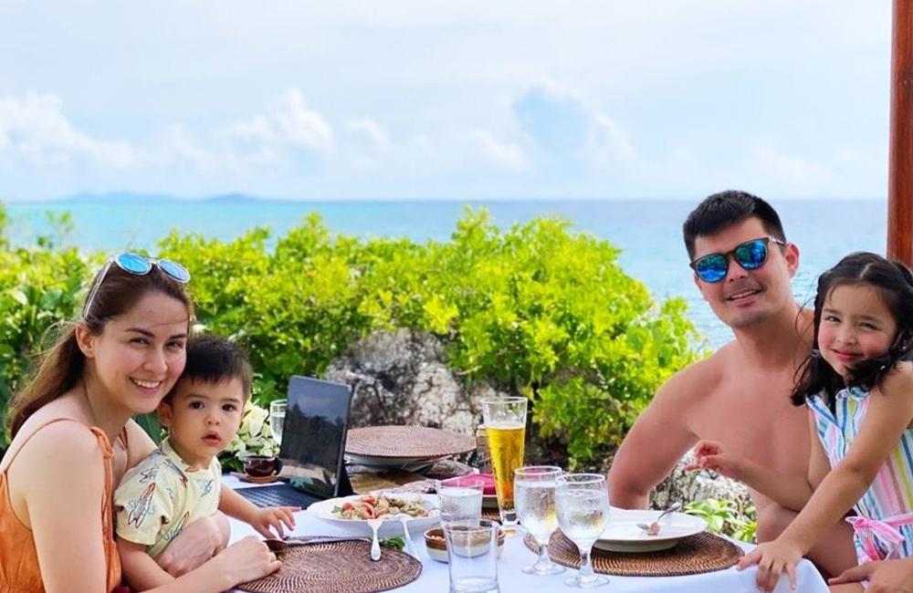 Zia (phải) bên bố mẹ và em trai. Cả gia đình đang tận hưởng kỳ nghỉ mừng năm mới tại một hòn đảo ở Philippines. Ảnh: Instagram Dingdong Dantes.
