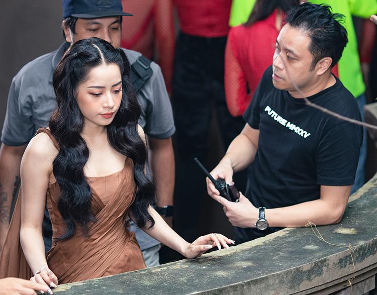 Chi Pu cùng Victor Vũ (trái) bàn ý tưởng thể hiện nhân vật trên trường quay. Ảnh: November Films.