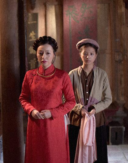 Vai vợ ba (Băng Di, trái) và Cải (Bích Ngọc) đại diện cho số phận những người phụ nữ bị xem như món hàng hóa trong xã hội phong kiến. Ảnh: Galaxy.