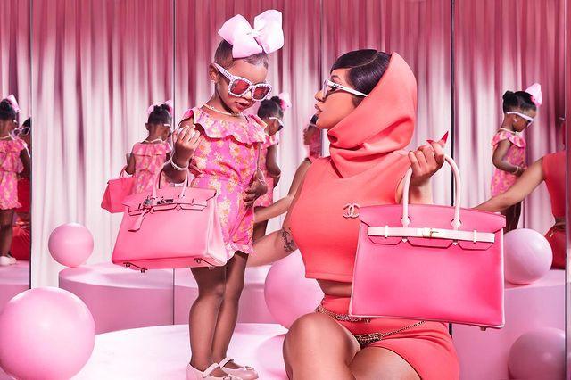 Trong một lần đi chơi khác, Cardi B mua cho con túi Birkin màu hồng gần giống với chiếc của cô.