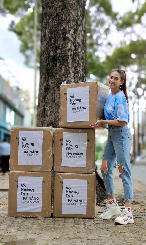 Siêu mẫu Võ Hoàng Yến gửi đến Đà Nẵng 13.000 khẩu trang y tế.
