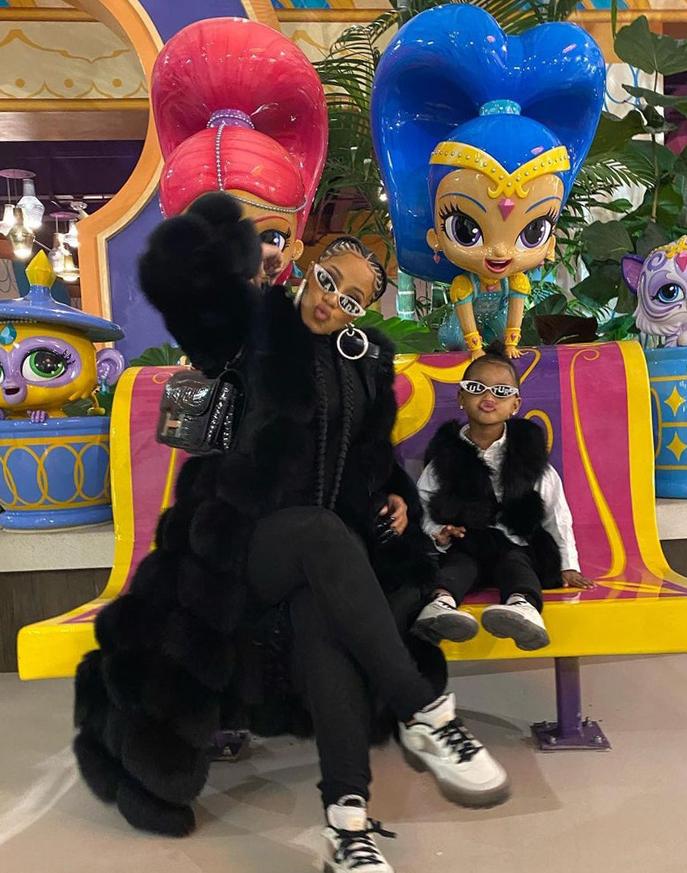 Nữ ca sĩ và con gái hai tuổi cùng mặc áo lông đen, giày trắng và kính mắt mèo khi đi chơi hồi tháng 11 năm ngoái.