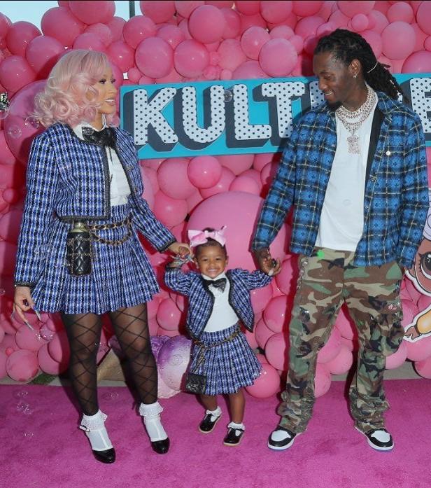 Hai mẹ con diện váy suit của Chanel, cùng mang giày quai chữ T kết hợp túi chần trám nổi tiếng của nhà mốt Pháp trong một sự kiện hồi tháng 7/2020.