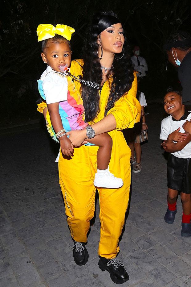Trong một lần dạo phố, Cephus đeo nơ màu vàng cùng tông với bộ đồ thể thao của mẹ. Ảnh: Backgrid.