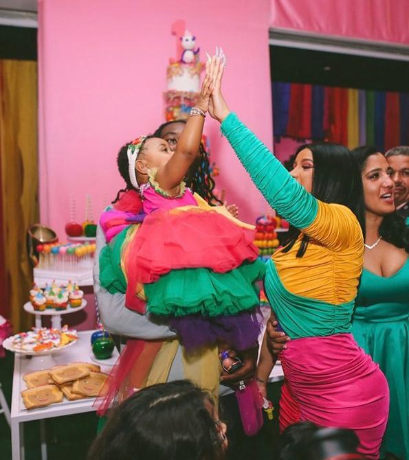 Trong tiệc thôi nôi con, Cardi B chọn cho hai mẹ con những thiết kế màu sắc sặc sỡ dòng Haute Couture của Moschino. Thời đó, nữ ca sĩ cho biết tủ đồ của con gái cô đã có giá trị 500 nghìn USD với nhiều món của Gucci, Versace, Chanel, Louboutins...