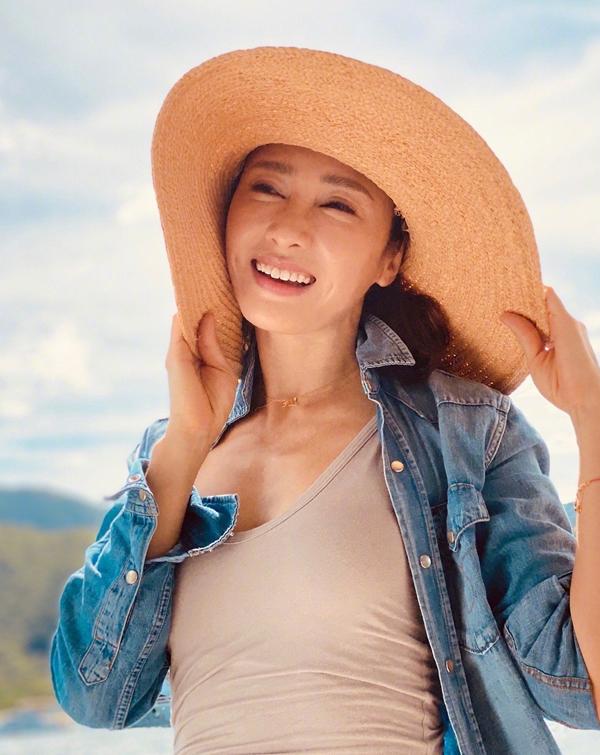 Những năm gần đây, Lê Tư thường xuyên bị bàn tán nhan sắc, không ít người cho rằng cô thẩm mỹ quá đà khiến gương mặt  thiếu tự nhiên. Số khác khen cô rạng rỡ, tươi tắn. Mọi người hãy học hai chữ tôn trọng. Cô ấy không còn ở tuổi đôi mươi. Những người chê bai Lê Tư, thử hỏi đến tuổi cô ấy, các bạn có được một nửa sự tự tin của cô ấy?, khán giả viết trên Weibo.