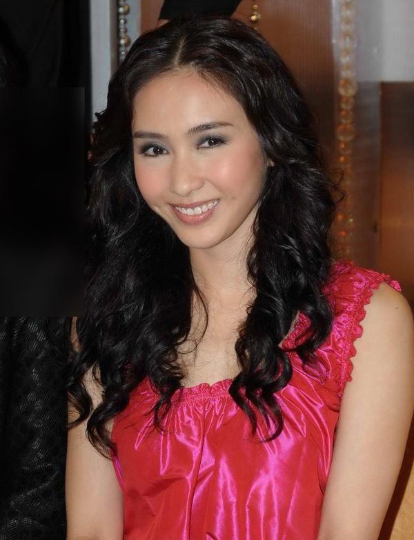 Lê Tư năm 2008, khi thông báo giải nghệ. Cô nổi tiếng với loạt tác phẩm Ỷ Thiên Đồ Long Ký, Thâm cung nội chiến, Người trong giang hồ... Ảnh: Mingpao.