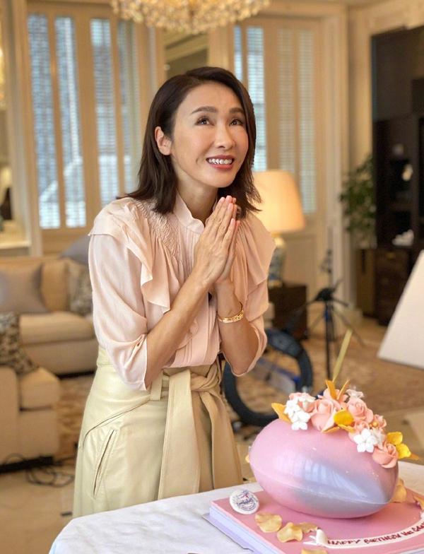 Diễn viên đón sinh nhật tại nhà năm ngoái. Gia đình cô sống trong biệt thự ở Mid-Levels - khu dân cư giàu có Hong Kong. Biệt thự được ông Mã Đình Cường mua năm 2007, giá 300 triệu HKD (38,6 triệu USD).