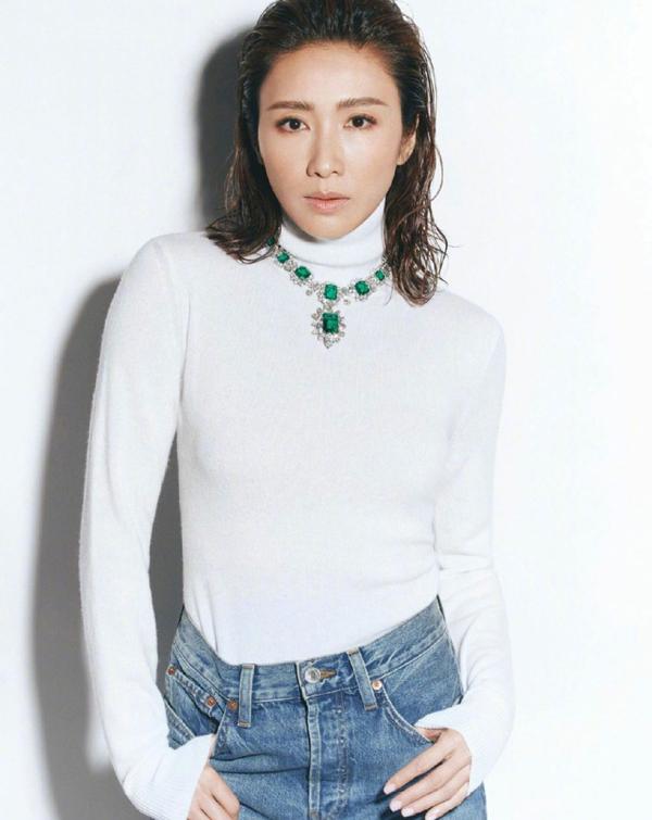 Lê Tư thu hút sự quan tâm của nhiều người hâm mộ khi lên bìa tạp chí Vogue ấn bản Hong Kong số tháng 1, sau 13 năm giải nghệ. Trên Sina, nhiều khán giả bình luận lối trang điểm không toát lên vẻ đẹp của Lê Tư, khiến họ không nhận ra nữ diễn viên. Một số khác nhận xét người đẹp 50 tuổi thần thái sang trọng.