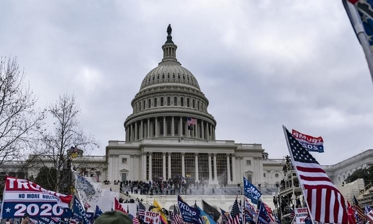 Người ủng hộ Tổng thống Trump tràn vào khu vực Điện Capitol hôm 6/1. Ảnh: AFP.