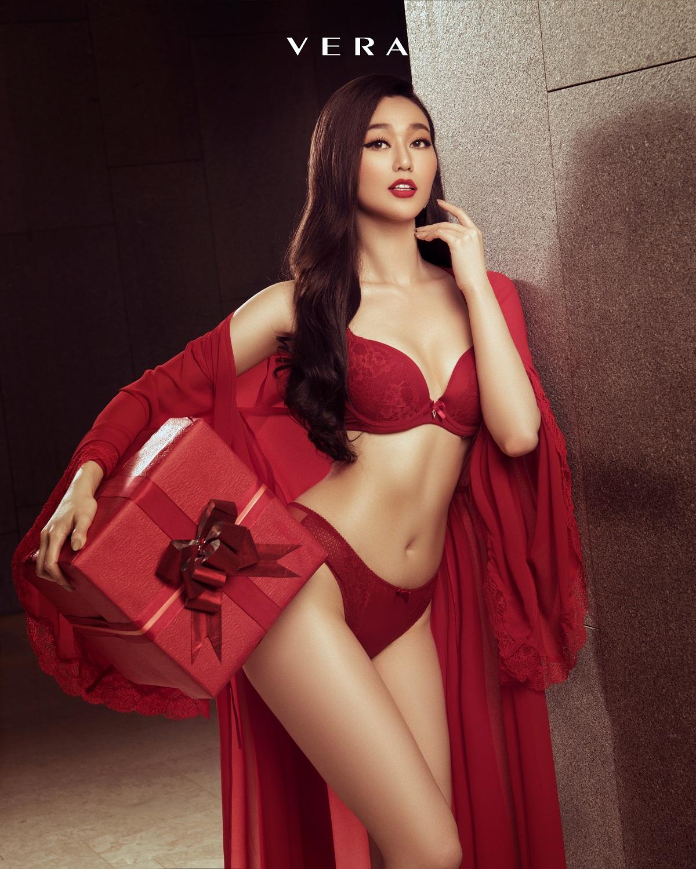 Khánh My khéo léo khoe đường cong với trang phục mang sắc đỏ nổi bật, phù hợp với vóc dáng phụ nữ châu Á. Bộ đồ Nữ thần tình yêu này cũng là món quà đặc biệt VERA dành cho phái đẹp trong mùa Lễ Tình Nhân 14/2 sắp đến.
