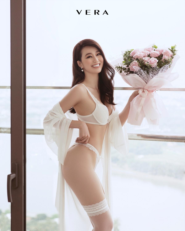 Trái với hình ảnh mạnh mẽ của Mâu Thủy, Khánh My diện trang phục An yên trắng thanh thoát, tinh khôi để đại diện VERA gửi tới món quà tháng Tư.