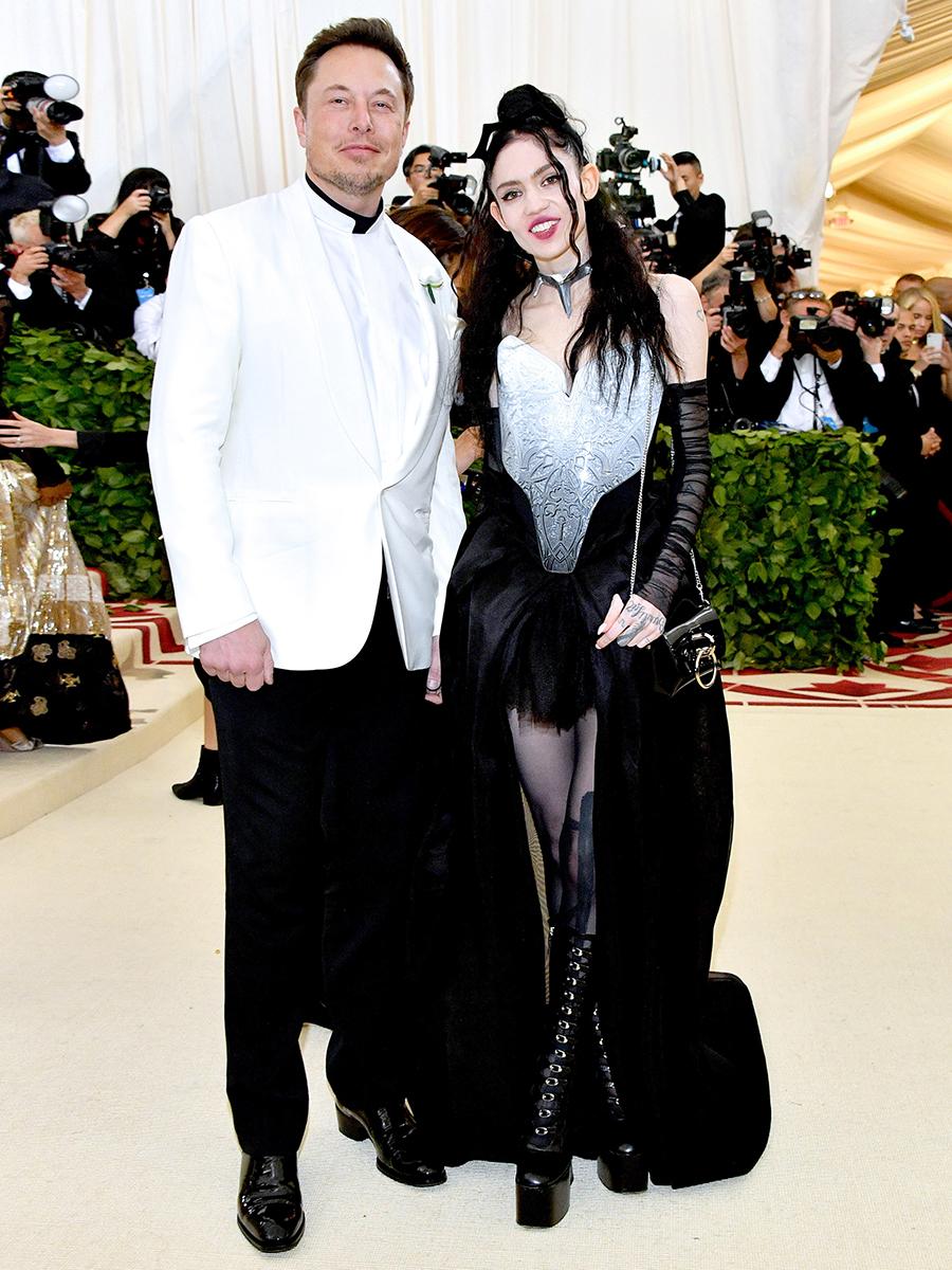 Đến tham dự Met Gala 2018, Elon Musk phối áo cổ trụ với blazer trắng, quần âu đen, tay trong tay người tình Grimes. Ảnh: WireImage.