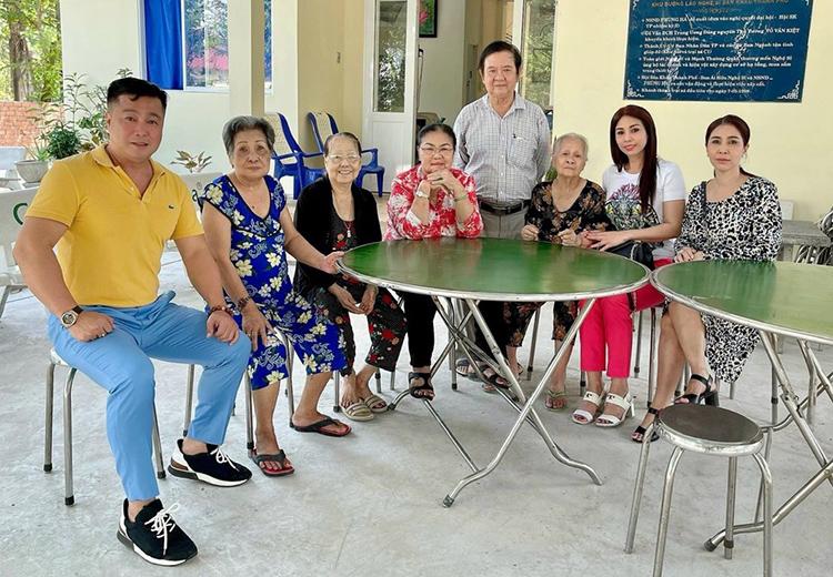Lý Hùng (áo vàng) cùng mẹ (áo đỏ) và hai em gái thăm Viện dưỡng lão chiều 8/1. Ảnh: Nhân vật cung cấp.