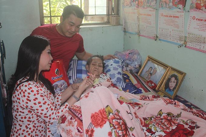 Lý Hùng và em gái Lý Hương thăm nghệ sĩ Hồng Hoa. Bà từng diễn trong đoàn cải lương Kim Chung. Ở tuổi xế chiều, bà sống cùng con trai trong viện. Con gái bà sang Đài Loan lấy chồng và mất ở đó. Nhiều năm qua, bà nằm liệt giường. Mọi sinh hoạt, ăn uống đều trông cậy con trai và nguồn chu cấp từ các nhà hảo tâm. Ảnh: Mai Nhật.
