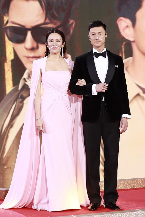 Vương Hạo Tín sánh đôi người đẹp Trương Hy Văn.