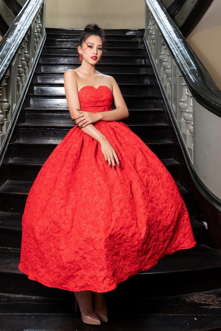 Hoa hậu Tiểu Vy phối váy bồng ôm eo với