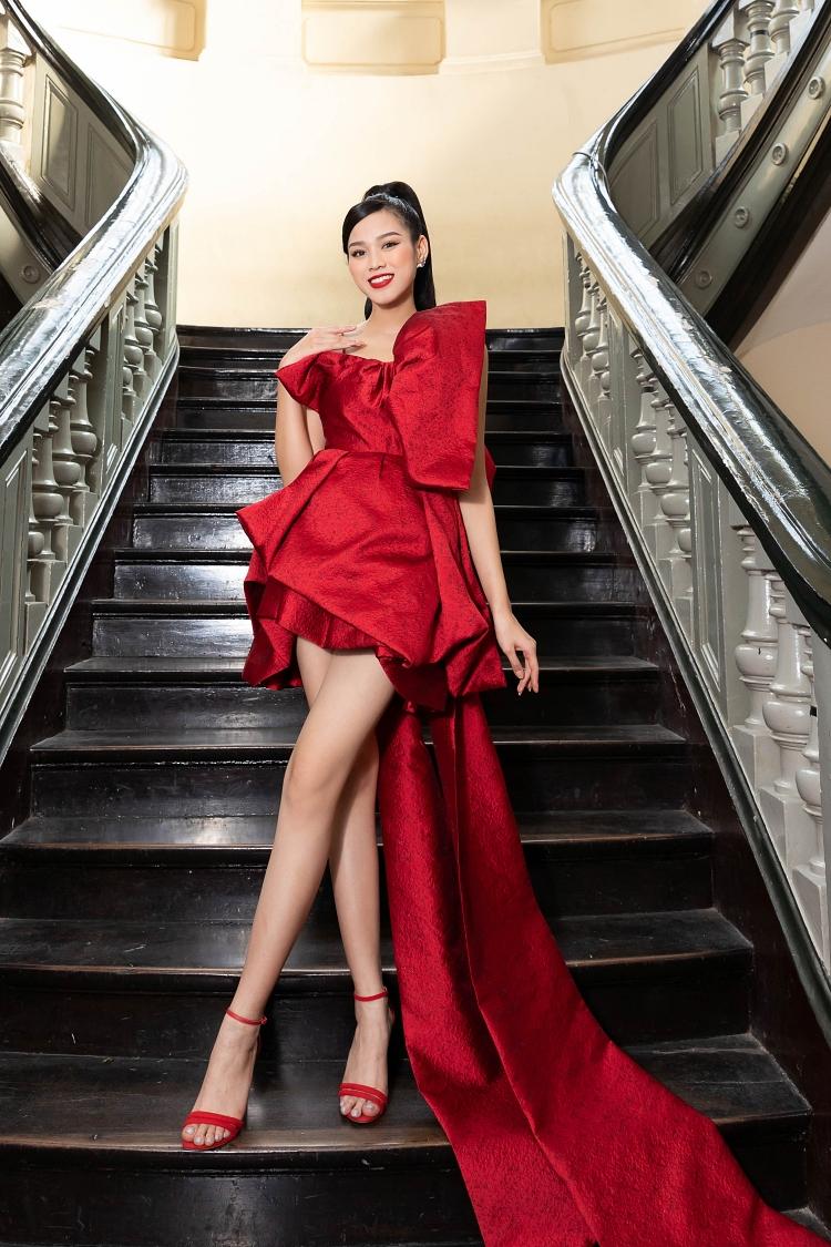 Đỗ Thị Hà chọn mini-dress gắn đuôi dài.