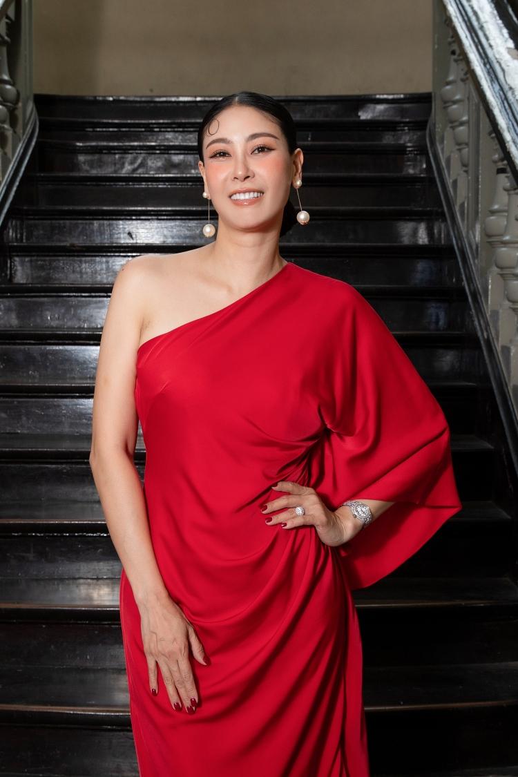 Hà Kiều Anh diện váy lệch vai phom dáng rộng.