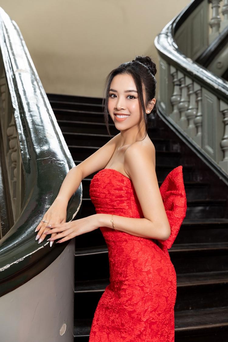 Á hậu Thúy An diện váy dạ hội ôm sát. Người đẹp trở lại với công việc ngay sau khi lấy chồng.
