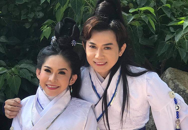 Bình Tinh (trái) đóng vai Chu Chỉ Nhược, Thái Vinh đóng vai Trương Vô Kỵ. Ảnh: Song Minh.