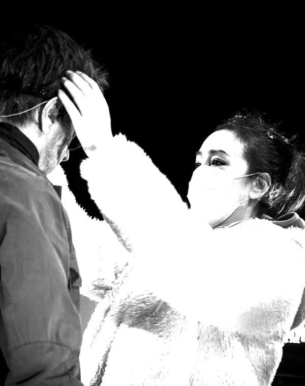 Củng Lợi chăm chút cho chồng khi ông lưu diễn. Ảnh: Weibo/Jean-Michel Jarre.