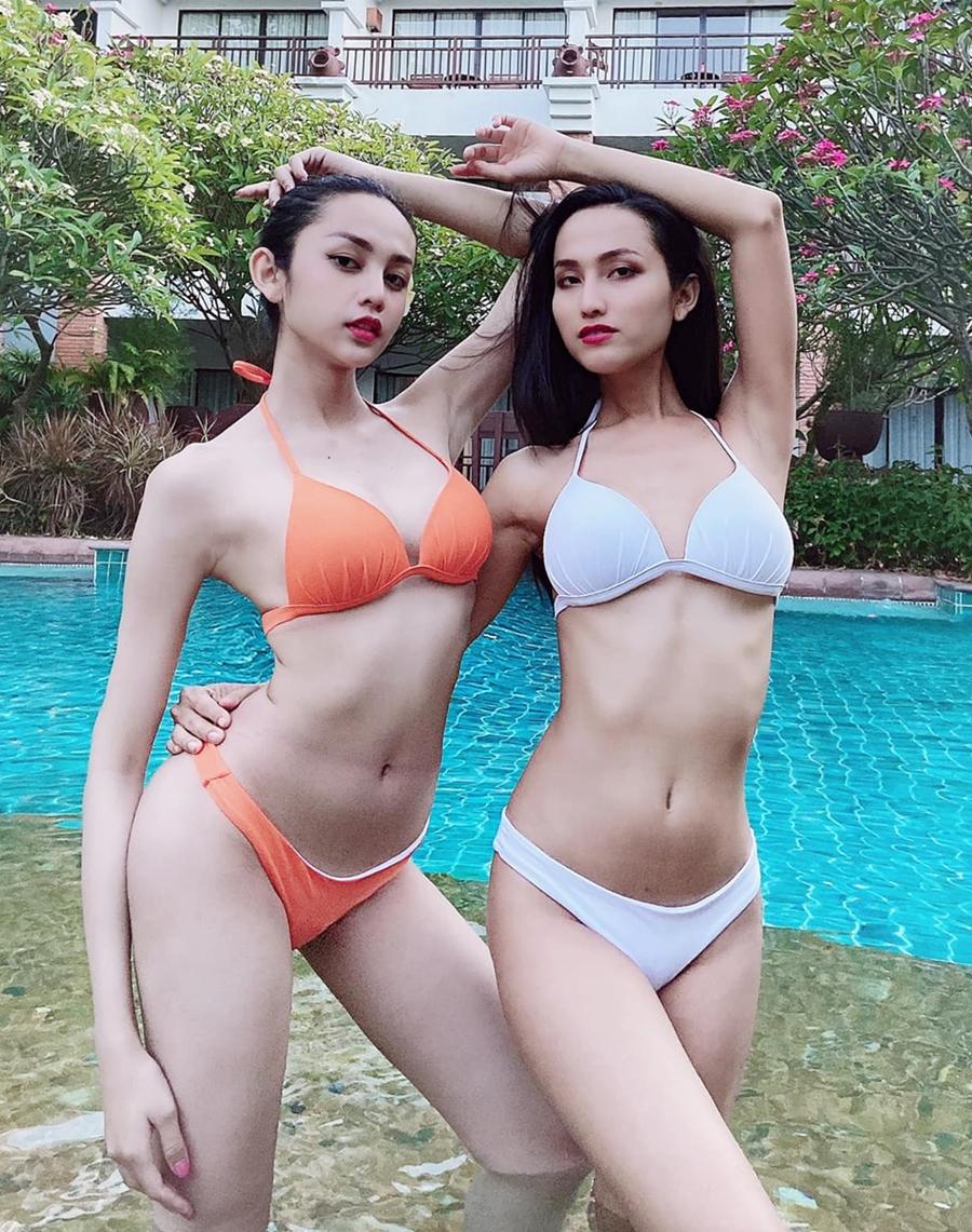 Lương Mỹ Kỳ (trái) diện bikini đọ dáng bên Hoài Sa. Ảnh: