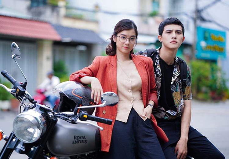 Hai diễn viên trẻ Hoàng Yến Chibi (trái) và Trần Ngọc Vàng không đủ làm nên sức hút phim Người cần quên phải nhớ. Ảnh: CGV.