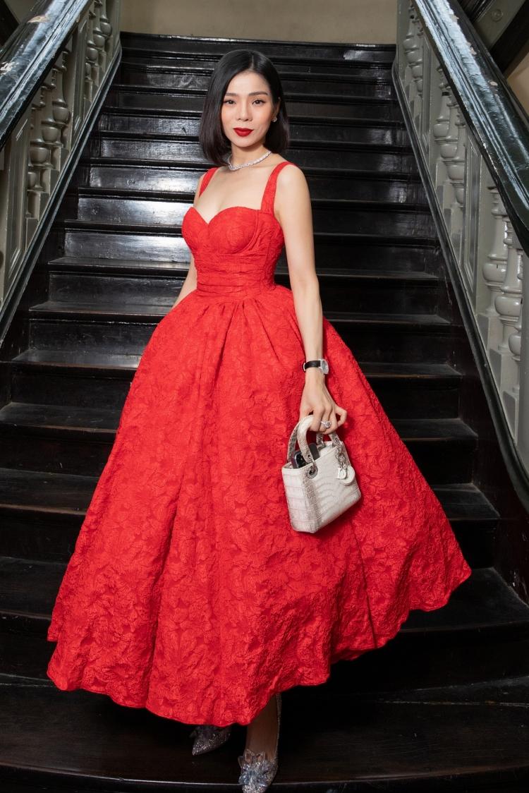 Lệ Quyên diện váy dáng corset định hình ngực và eo. Cô xách túi da cá sấu bạch tạng phiên bản hiếm của Dior, đi giày Jimmy Choo giá gần 120 triệu đồng.