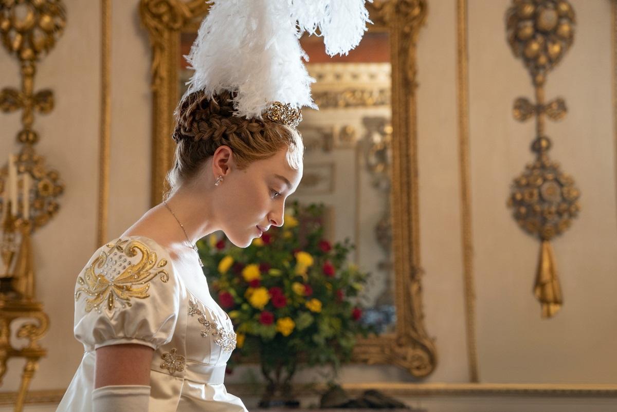Nhân vật Daphne đội trang sức gắn lông vũ, thể hiện hình ảnh người phụ nữ bị kìm kẹp trong xã hội hồi thế kỷ 19.