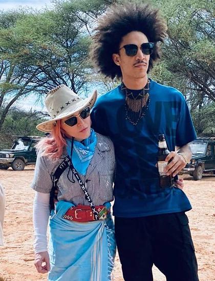 Madonna bên bạn trai 9x tại Kenya. Ảnh: Madonna Instagram.