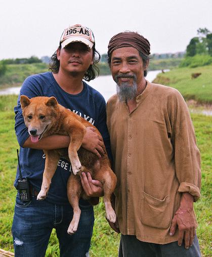 Đạo diễn Trần Vũ Thủy (trái) cùng diễn viên Viết Liên (Lão Hạc) và chú chó shiba đóng Cậu Vàng. Ảnh: Galaxy.
