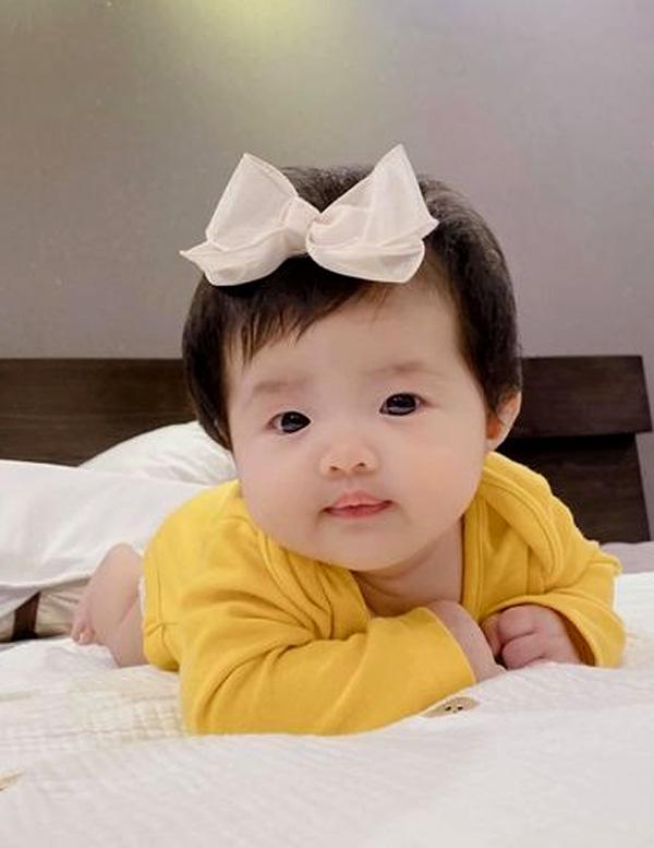 Con gái Đông Nhi và Ông Cao Thắng (bé Winnie) hơn hai tháng tuổi. Ảnh: Facebook Đông Nhi.