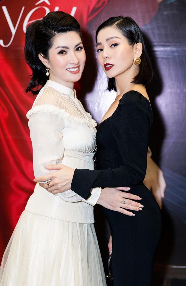 Ca sĩ Nguyễn Hồng Nhung (trái) và Lệ Quyên. Ảnh: Nguyễn Thành.