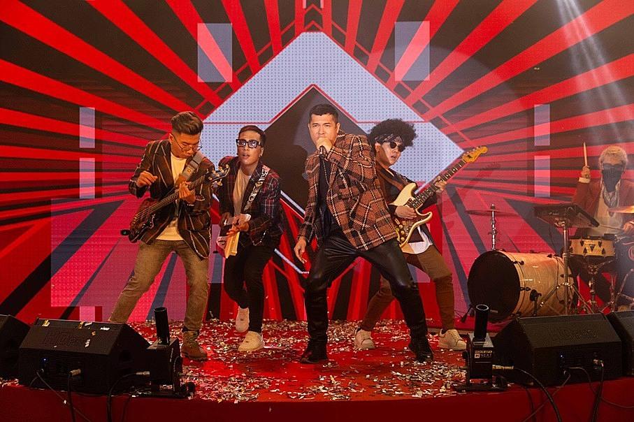 Ca sĩ Trương Thế Vinh cùng nhóm nhạc Voi Biển làm nóng bầu không khí lễ hội với ca khúc Happy.