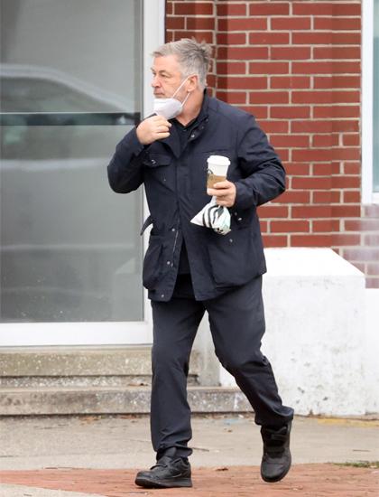 Alec Baldwin đi mua cà phê một mình hôm 12/1. Ảnh: Splashnews.
