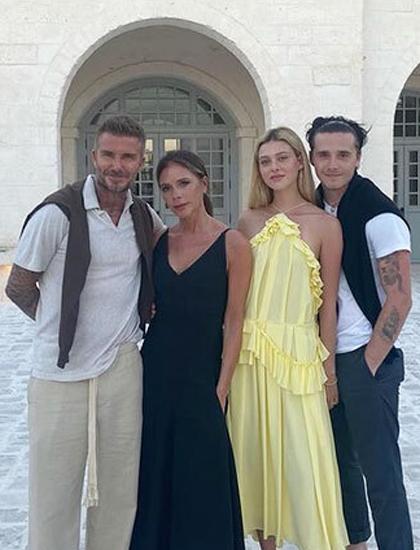 Nicola Peltz (váy vàng) du lịch cùng gia đình chồng năm 2020. Ảnh: Victoria Beckham Instagram.